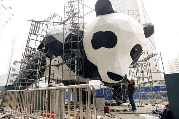 艺术家劳伦斯创制熊猫雕塑推动熊猫保护