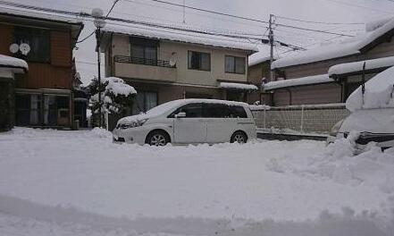 东京大雪交通混乱高速环线拥堵8小时 有人直接把车扔下