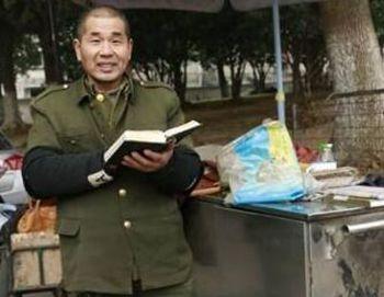 61岁修车大叔自学英语 拿外孙女的幼儿园读本一遍遍跟读