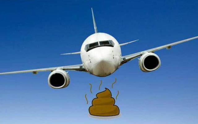 村民合影排泄物以为是天外来客 却不知是飞机在随地大小便