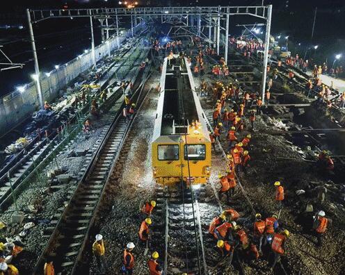 """9小时改造火车站 """"中国速度""""让西方网友郁闷:英国已经完蛋了"""