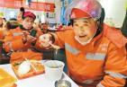 火锅店老板请保洁员喝腊八粥 不到200平的餐厅坐满了保洁员