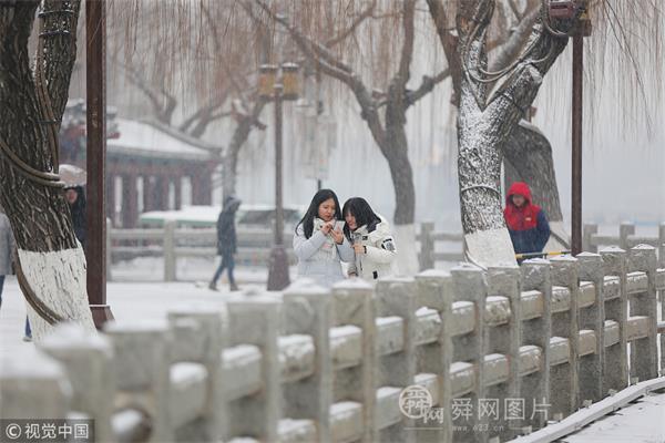 济南迎来降雪天气 市民外出赏雪