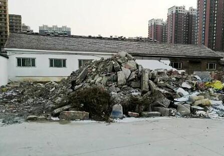 潍坊一小区建筑垃圾马路边扰民 究竟何时能清理?