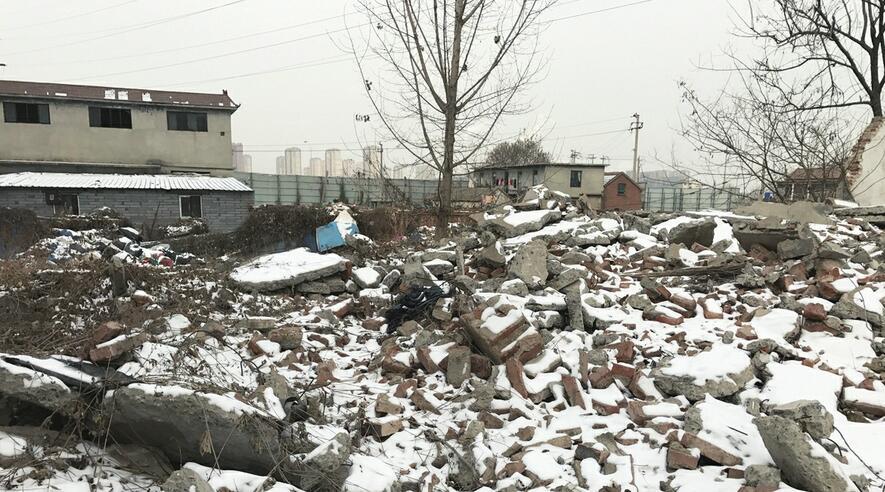 花园东路颖秀路公交站牌北侧建筑垃圾未覆盖防尘网