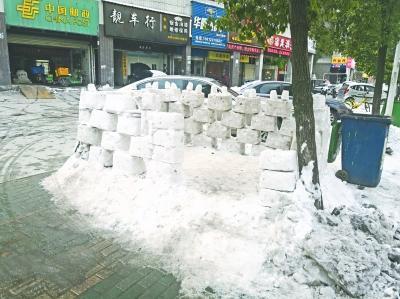 """武汉""""冰雪城堡""""现身街头吸睛 费时一下午搭建(图)"""