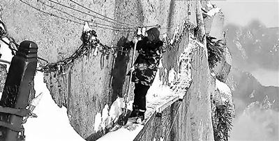 恐怖至极!华山栈道绝壁扫雪 脚下一边峭壁一边深渊画面惊悚