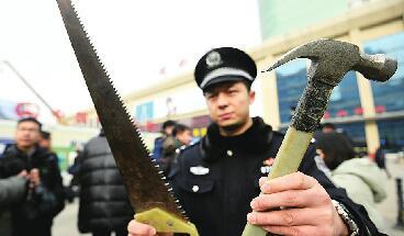 济南铁路公安局民警提醒乘客 春运安全第一