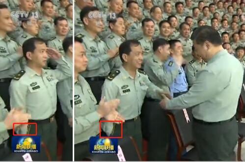 习主席举动超暖 用双手握手显爱兵情怀