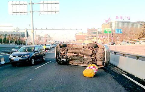 玉函立交桥一辆SUV离奇侧翻 经检测驾车小伙子系毒驾