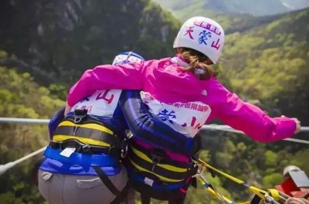 免费蹦极 挑战天蒙山世界第一人行悬索桥