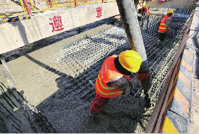 轨道交通R1线11个车站全部封顶 预计7月份轨道铺设将全部完成
