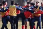 什么仇?家长群殴飞踹教练 足球青训界很多人站出来指责施暴者