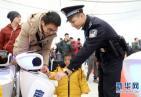 """萌翻!机器人警察编队亮相深圳北站 """"小安""""带领众宝宝助力春运安保"""