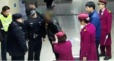 不作不死!男子地铁站撒酒疯:对女乘客动手动脚 还给了民警一拳
