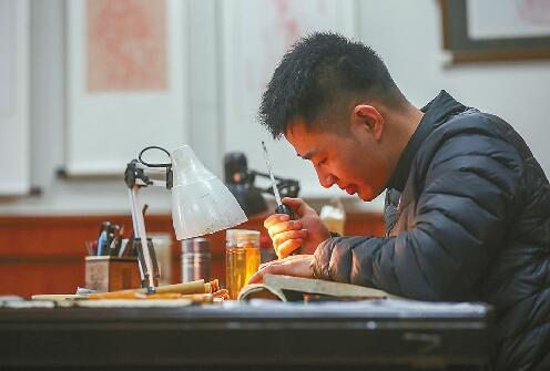 穿越历史的刻刀:小伙传承雕版印刷 刻错一笔板子全废
