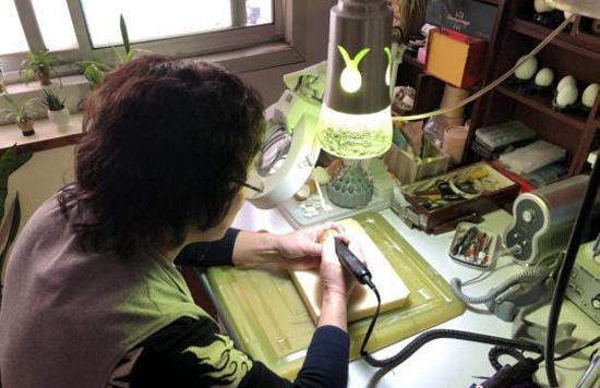 西安一蛋雕爱好者自学技艺 三年制作上千件作品