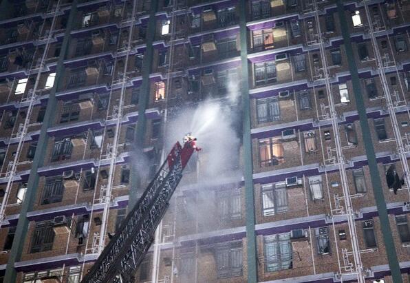 香港楼房突发大火约100名住户逃生 火灾造成1男1女死亡
