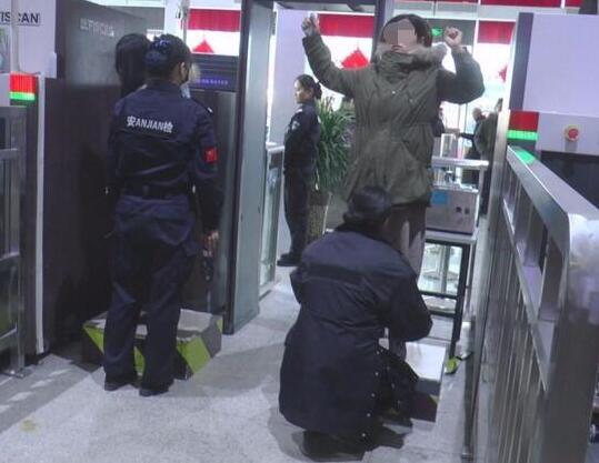 济南春运有多忙? 火车站安检员一天需要弯腰5000次
