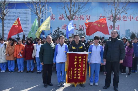济南回民中学绿色志愿者亲身体验生活废弃物处理过程
