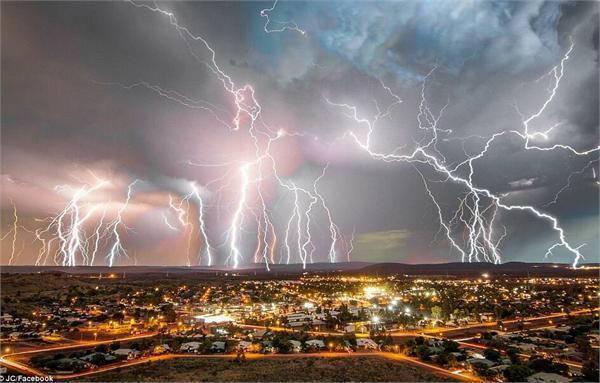 魔幻!澳大利亚雷暴来袭瞬间停电 巨型闪电点亮夜空黑夜变白昼!