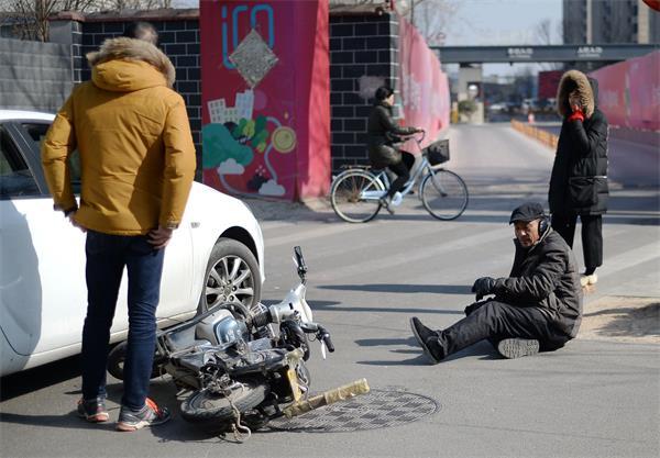 """济南:老人骑车撞上私家车 好心司机说""""不用赔"""""""
