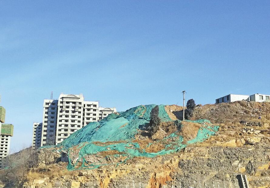 历下区浆水泉隧道南口路西山体上有渣土裸露 存在扬尘隐患