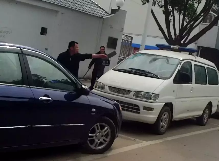 29岁男子手持两把菜刀追砍路人 还挥刀砍警车攻击警察