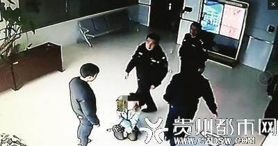 频遭15岁儿子殴打 贵州一大学女教师派出所里跪求儿子