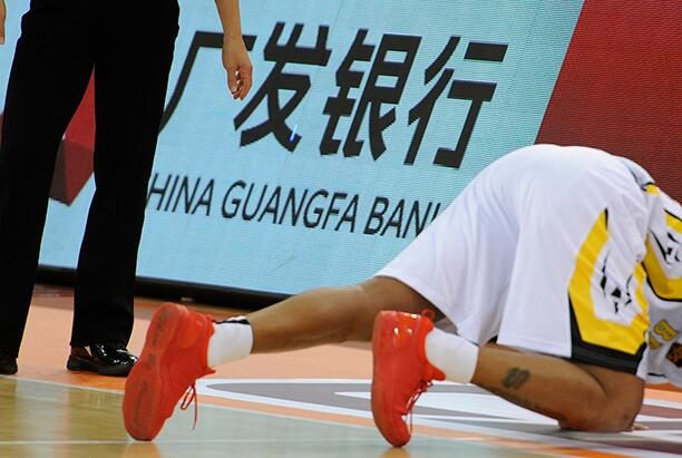 传奇再见!马布里正式退役深情亲吻球场 表示:很爱北京这座城市