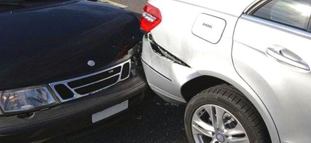 青岛女司机爱车被撞 肇事司机居然留假电话溜走了