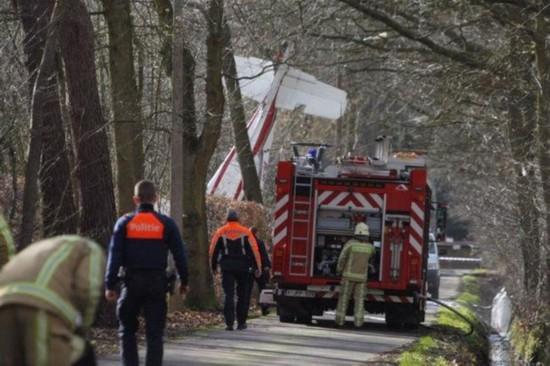 惨烈!比利时一飞机坠毁致两人身亡 飞机系撞上输电线后坠毁