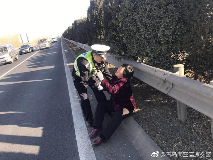 60岁老太爬上高速欲轻生 交警耐心劝回家