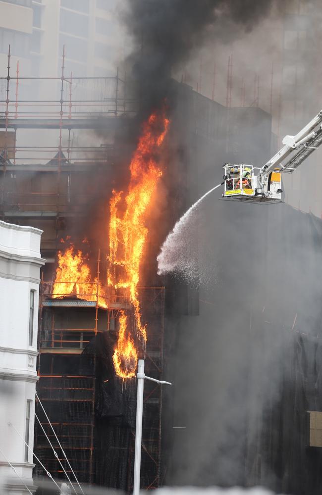 """悉尼建筑工地起火 目击者看到""""火球""""从天降落"""