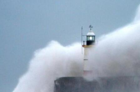 震撼!狂风巨浪袭英海岸 画面中海浪击打的场面令人惊奇(图)