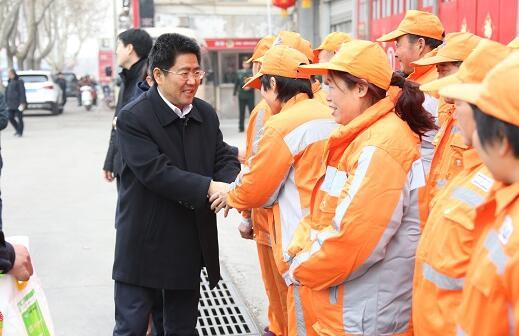 朱玉明走访区消防大队、慰问环卫工人