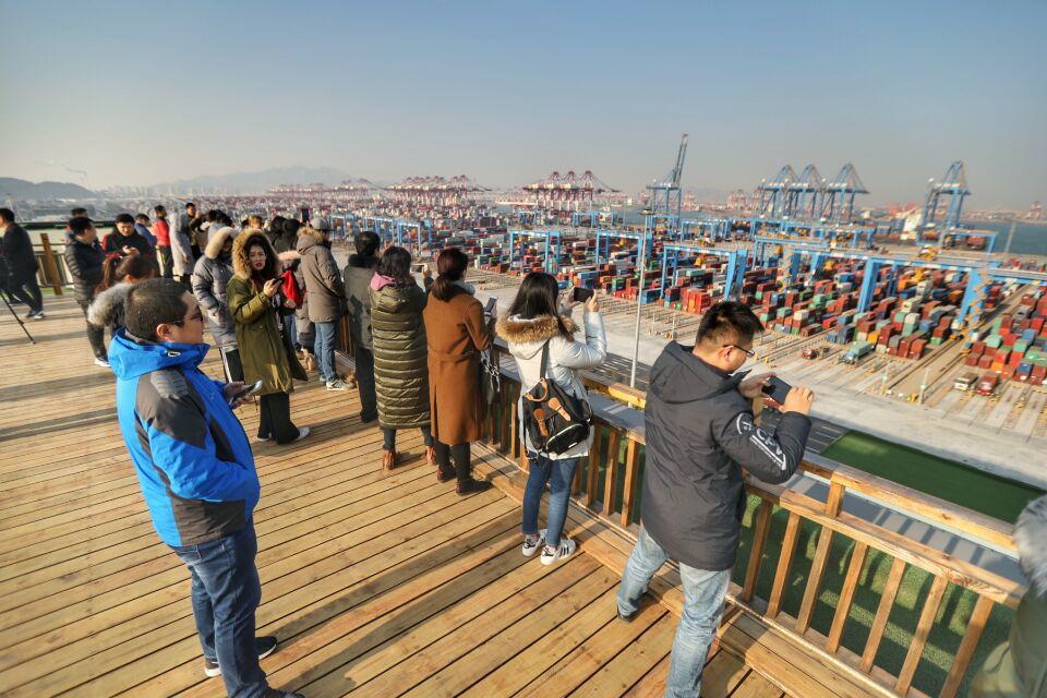 """9个人干80人的活儿像玩一样 青岛港步入""""无人码头""""新时代"""