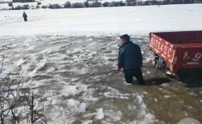 甘孜县一辅警跳冰河救货车 打湿...