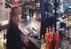 抢劫反遭母女反击近身肉搏 取藏于柜台的手枪与