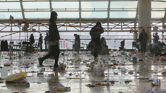 舜耕国际会展中心艺考后垃圾遍地 保洁员1小时没清完一半