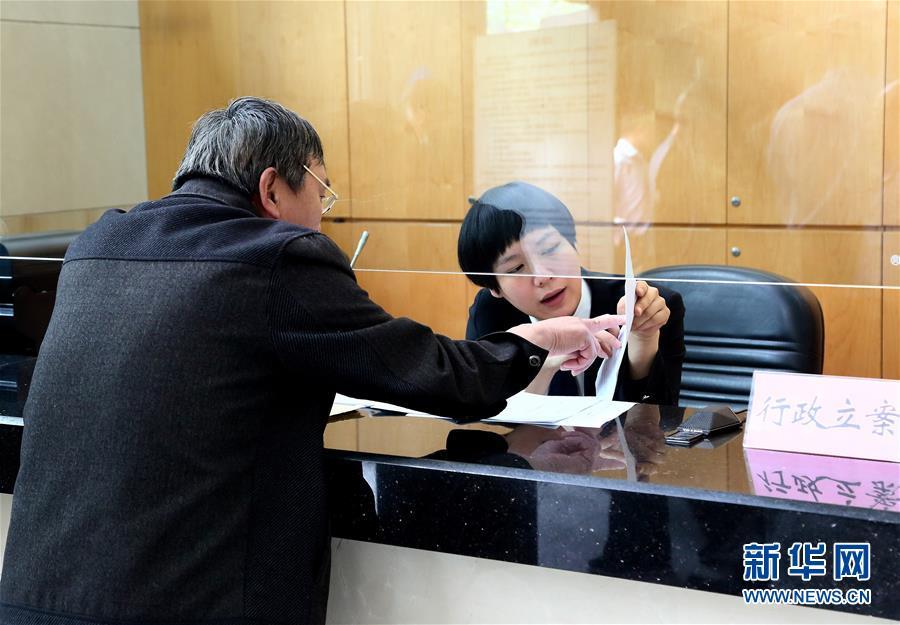 上海市第二中级人民法院工作人员为当事人办理立案登记。
