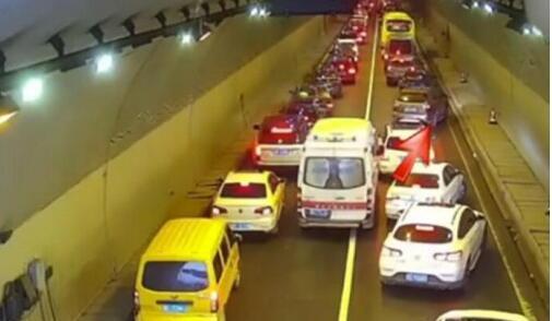 """暖心!救护车隧道遇堵 车主五分钟让出""""生命通道"""""""