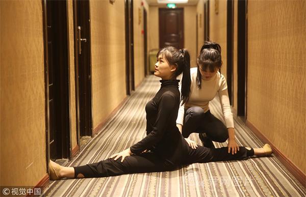 青岛:实拍双胞胎姐妹花艺考路