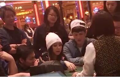 小赌怡情!邓紫棋去澳门赌场男友Mark作陪 赢了钱开心拍手没给小费