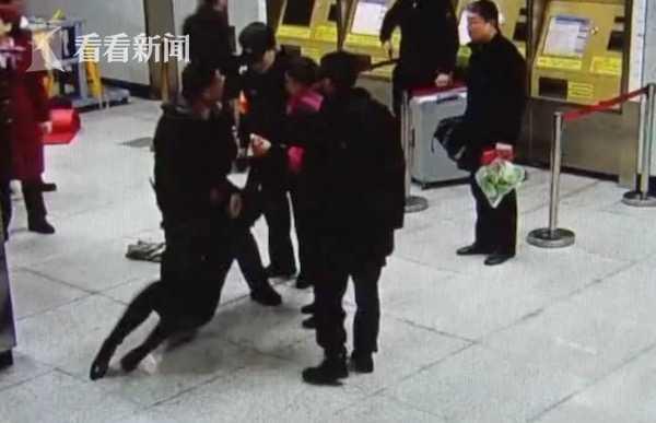 包太贵履带太脏 戏精女子拒安检不成赖在地上撒泼