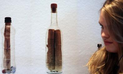 难以想象!女子捡古老漂流瓶 竟是来自132年前