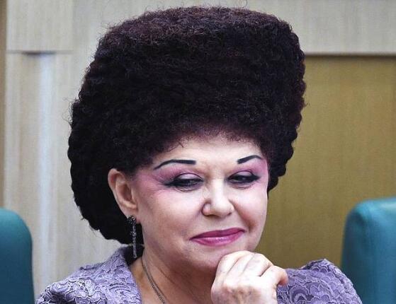 确定不是帽子?女参议员发型逆天惊翻会场 网友表示