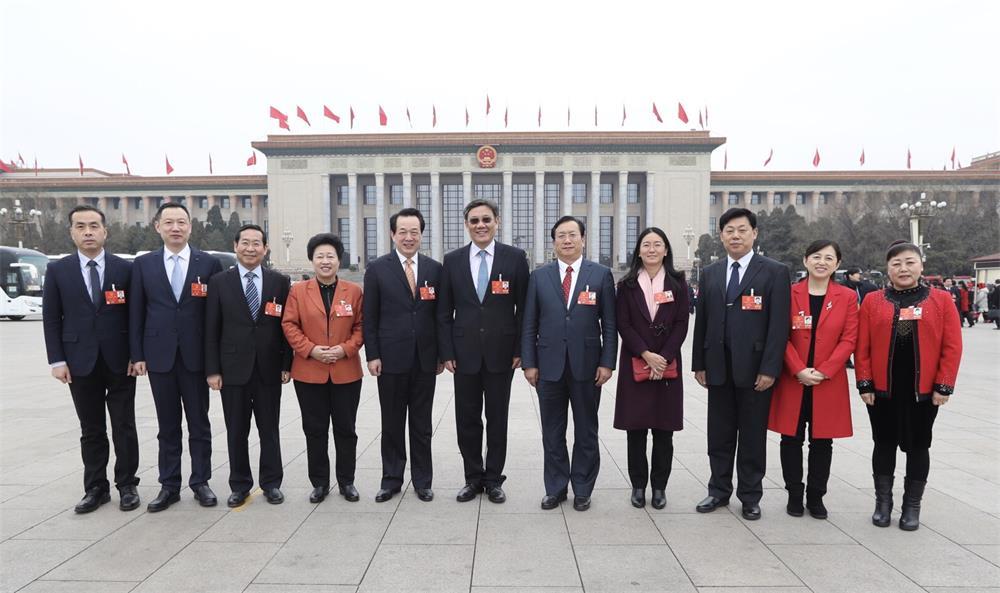 来自88必发官网的全国人大代表一起在人民大会堂前留下珍贵影像