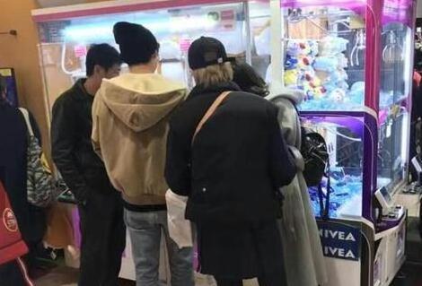 网友偶遇李易峰系列之去动物园:李易峰童心未泯抓娃娃