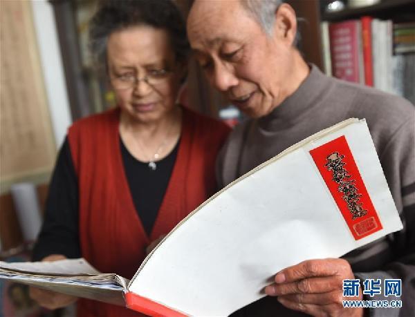 退休教师27年攒325张工资条 见证家庭和时代变迁